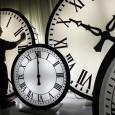 <p>A la fin du 19ème siècle, l'ingénieur américain Taylor avec le « scientific management » développe l'idée selon laquelle l'entreprise peut accroitre ses résultats par l'activité de management et en fonction des systèmes d'organisation adoptés, notamment l'organisation du temps de travail. Dans ce cadre, il fait la distinction entre le « temps externe » (les horaires de travail) et le « temps interne » (les caractères et l'intensité du temps de travail à l'intérieur d'une durée déterminée). Une augmentation du « temps externe » peut être contre-productive et mieux vaut parfois innover sur le « temps interne ».  </p><p> C'est la situation dans laquelle nous nous trouvons aujourd'hui: le « temps externe », les horaires de travail ont tendance à se réduire (en tout cas officiellement ce sont les 35h) mais les entreprises demandent de la flexibilité quant à la distribution du temps de travail parce que c'est surtout cette flexibilité qui définit la productivité.</p>   <p>Aujourd'hui, le cadre temporel du travail en entreprise est au centre de pressions et d'influences multiples provenant de différents facteurs et de l'interaction de différents acteurs sociaux (salariés, entreprises, clients, actionnaires…) </p>